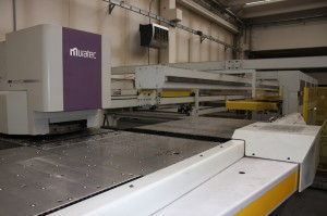 The punch press Muratec-Wiedemann Motorum 2558 allows Imequadri Duestelle to work sheet metals with thicknesses from 6 to 35 mm per 1,525 x 2,500 mm.