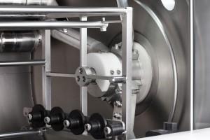 Wässrige Teilereinigungsmaschinen der neuen Generation wie die MAFAC MALTA verfügen über rotierende, sechsseitige Spritz- und Trocknungssysteme. Die spezielle Düsenanordnung ermöglicht eine allseitige Beaufschlagung mit deutlich höheren Turbulenzen.