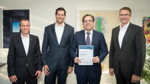 BOSCH honoured SCHUNK as Preferred Supplier in the field tools and thus stressed the high performance of the family-owned company. The photo shows (from left to right): SCHUNK Key Account Manager Christopher Nagel, BOSCH Lead Buyer Markus Langer, SCHUNK CEO Henrik A. Schunk, and SCHUNK CSO Harald Dickertmann.